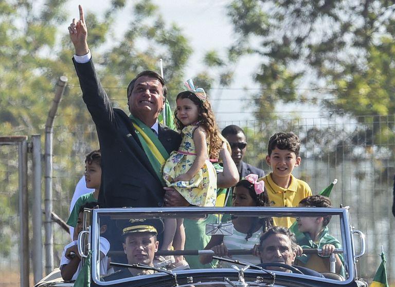 El presidente brasileño, Jair Bolsonaro, saluda a sus partidarios en su llegada a la ceremonia de izamiento de la bandera en el Palacio de la Alvorada, durante las celebraciones del Día de la Independencia