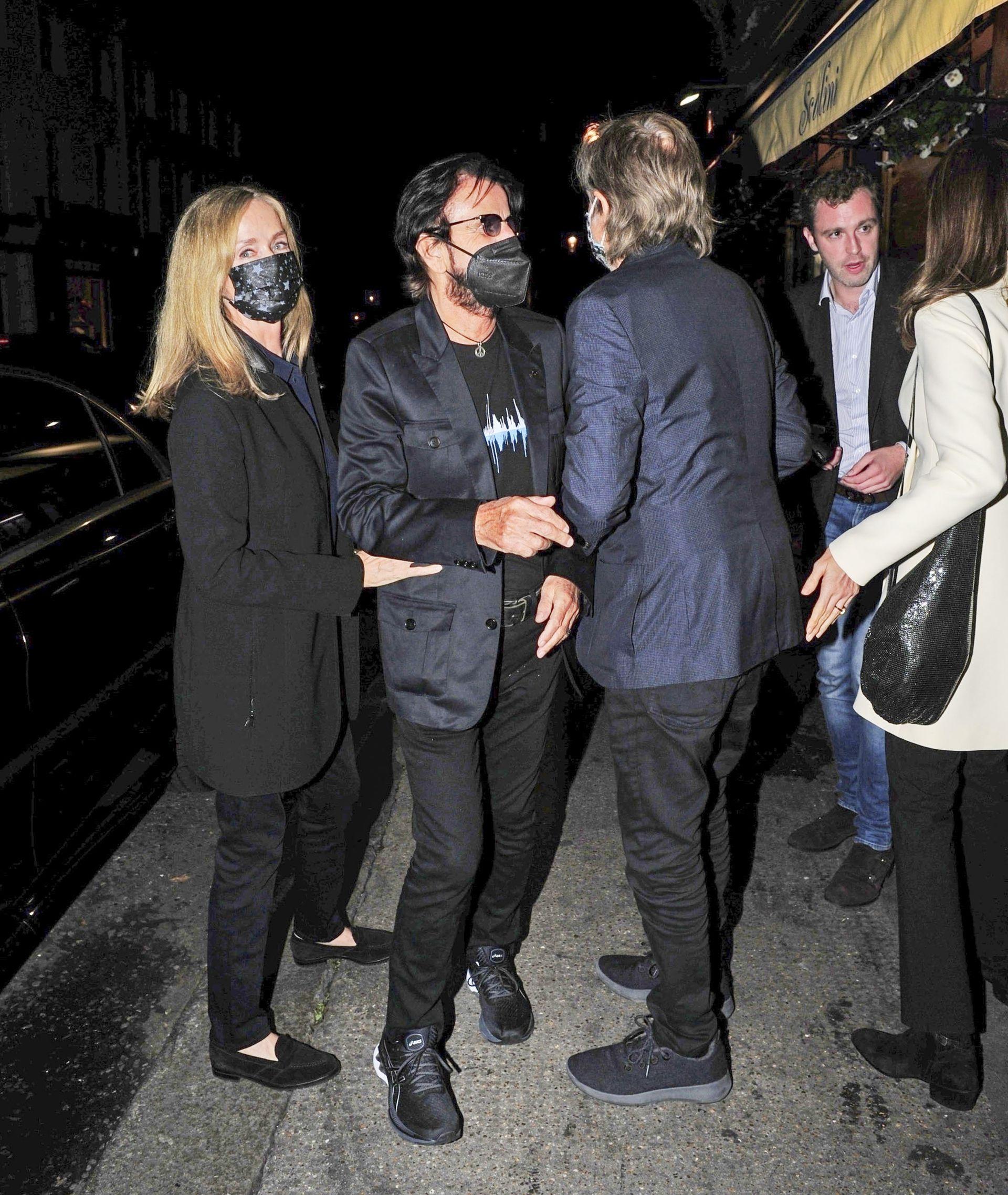 Dos leyendas se saludan.  Paul McCartney y su mujer, Nancy Shevell, se juntaron a cenar con Ringo Starr y su esposa, Barbara Bach, en el restaurante Scalini, ubicado en Londres