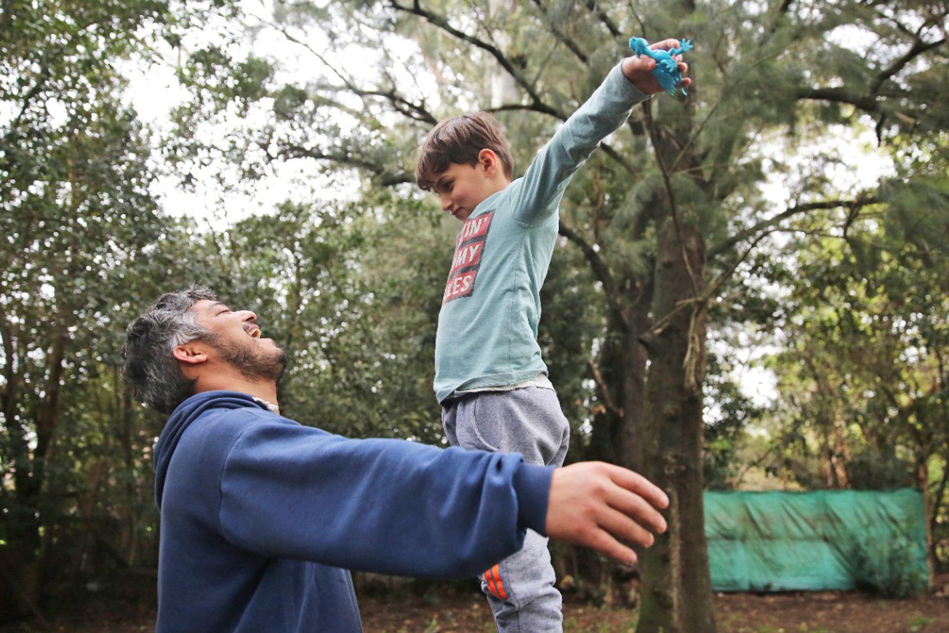 """Héctor recuerda el primer día que vio a Miguel: """"Era tímido, tan chiquito"""" y no puede creer lo grande y bien que está hoy su hijo"""