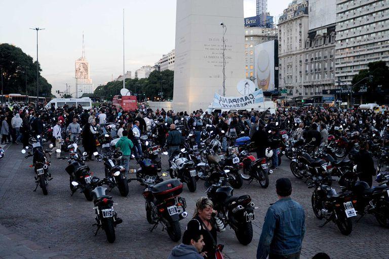 A pesar de que la medida fue impuesta por la provincia de Buenos Aires, motociclistas auto convocados protestaron en el Obelisco