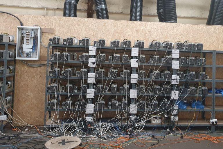 La policía de Inglaterra descubrió una  mina ilegítima de bitcoin mientras investigaba una plantación de marihuana