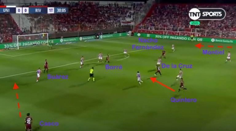 Con el ingreso de Quintero en el primer tiempo, River pasó a jugar 2-6-2, pero generando superioridad en los pasillos centrales