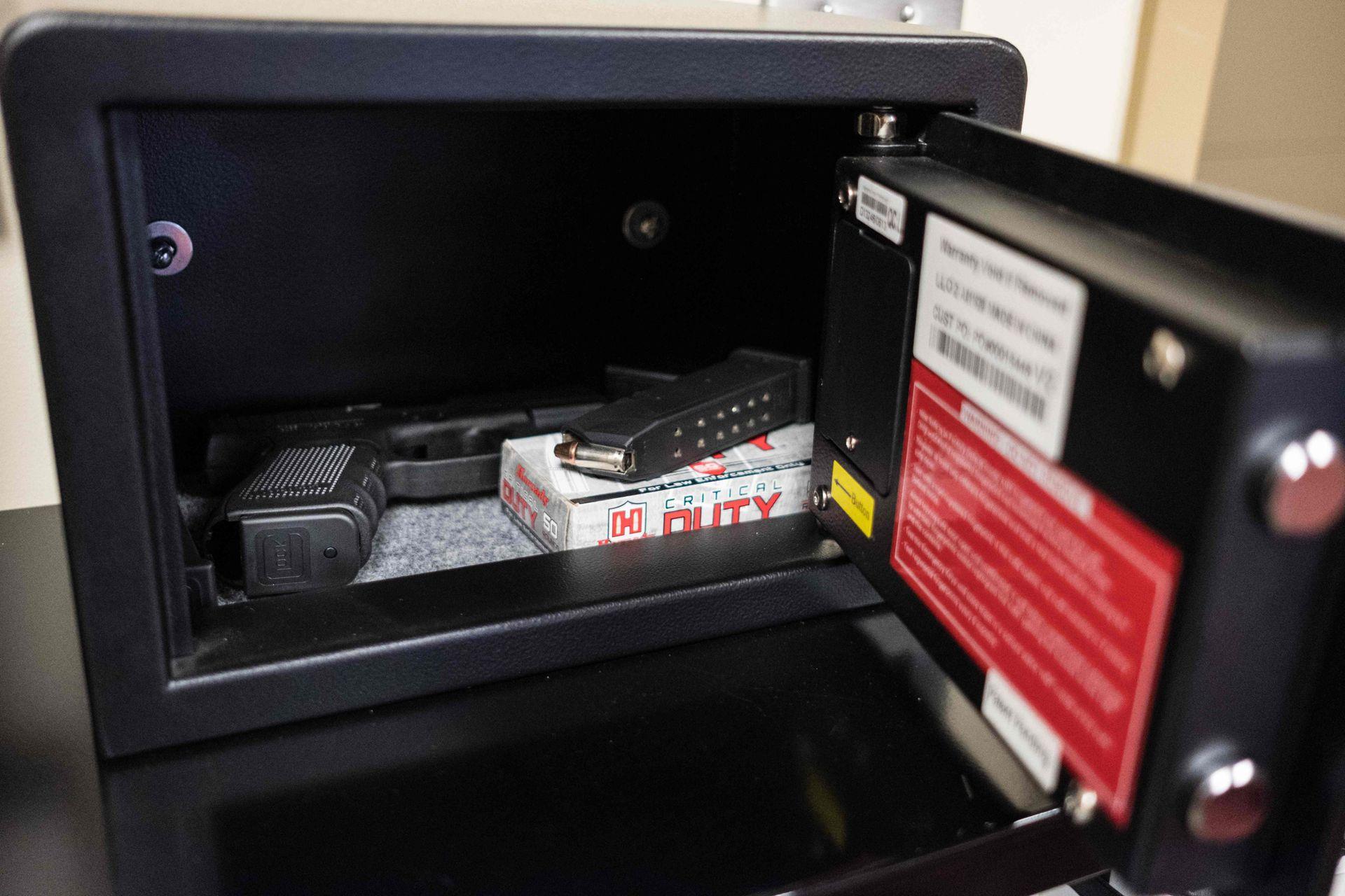 Armas y cargadores en una caja fuerte que se abre por huella dactilar