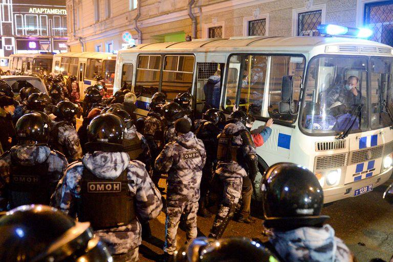 Policías detienen manifestantes en las protestas contra la detención del líder opositor Alexei Navalny, el 31 de enero