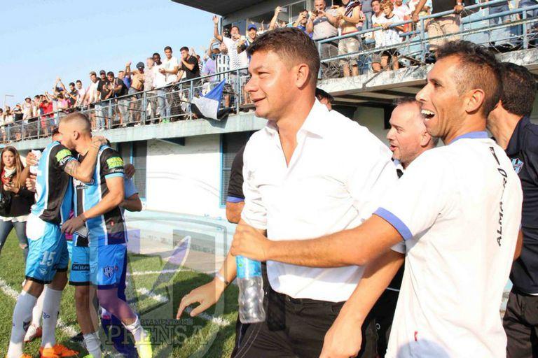 Battaglia celebra un triunfo de Almagro, en su primera experiencia como DT de un plantel profesional, en 2018