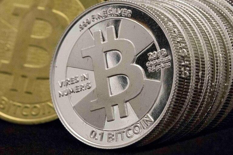 Una representación física de un bitcoin, que sufrió un duro revés tras el repentino cierre y posterior presentación de quiebra de Mt. Gox, la mayor plataforma de intercambio de la moneda virtual