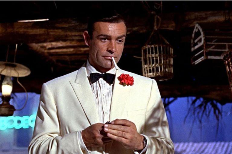Sean Connery, quien murió a los 90 años, en una típica pose de Bond, a quien le otorgó su infinita confianza y poder de seducción
