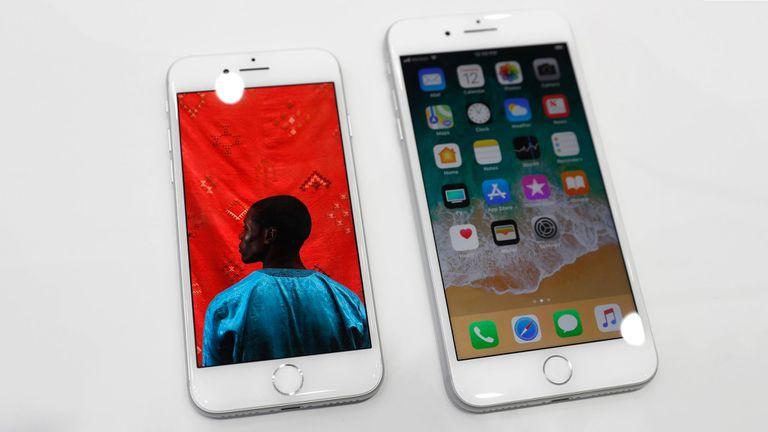 Un iPhone 8 y un iPhone 8 Plus; su tamaño y diseño es el mismo que el del iPhone 7 y 7 Plus