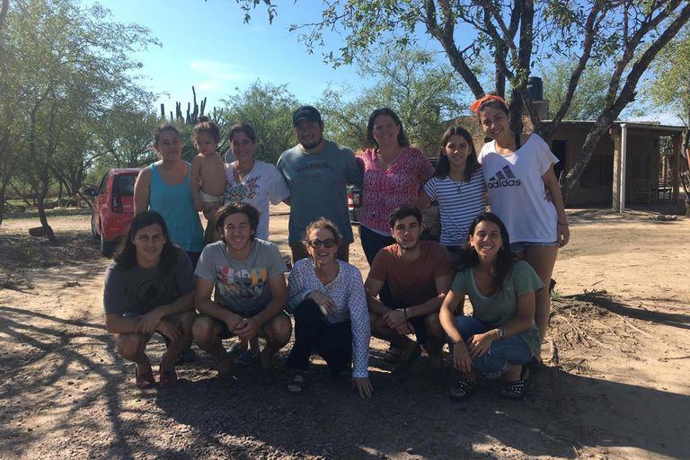 """Las hermanas Reymundo Roberts, junto a amigos y familia, llevan donaciones y """"mucha alegría"""" durante las fiestas a los habitantes que viven en los parajes Quimilí Paso y Rubia Paso, en Santiago del Estero."""
