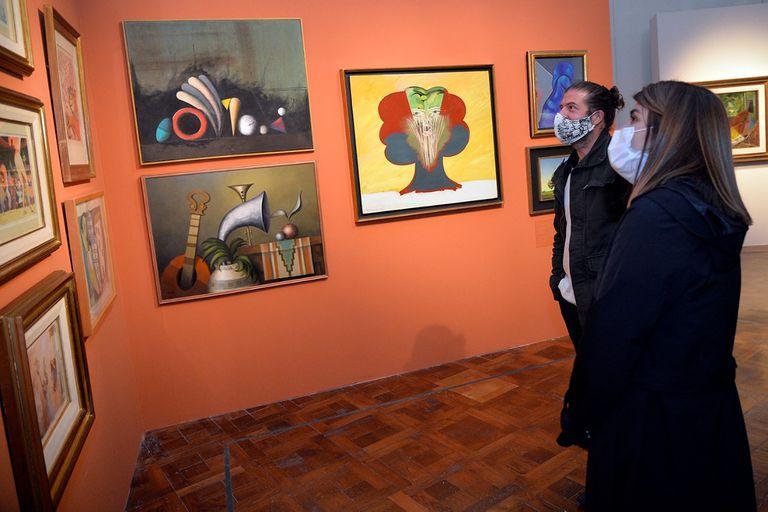 El ingeniero Carlos Franck donó más de 180 obras al Museo de Arte Tigre; en la imagen se ven obras de Jorge Diciervo, Juan Carlos Liberti y Rómulo Macció