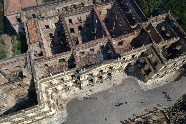 Vista aérea del histórico edificio después del fuego; Defensa Civil advirtió que las paredes también podrían derrumbarse