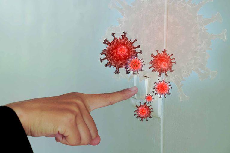 Que el virus esté presente en distintas superficies no significa que pueda contagiar a un ser humano