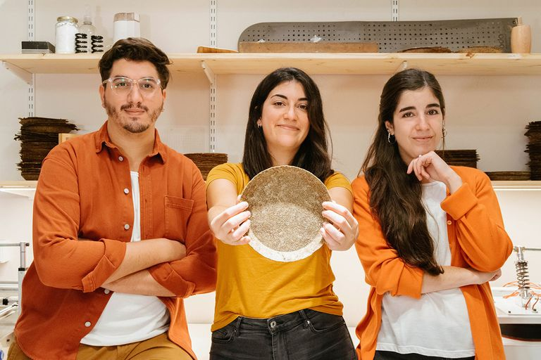 Guido Ventura, Juliana Campanelli y María Paula Vita, de Oda: fabrican vajilla con cáscara de papa