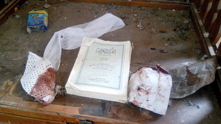 Un Corán y otras pertenencias de las víctimas del atentado, dentro de la mezquita