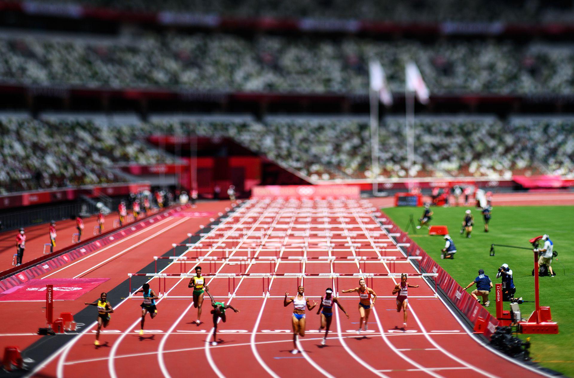 Jasmine Camacho-Quinn del Equipo de Puerto Rico celebra cuando termina primera por delante de Kendra Harrison, de los Estados Unidos, en la final de los 100 m con vallas de mujeres.