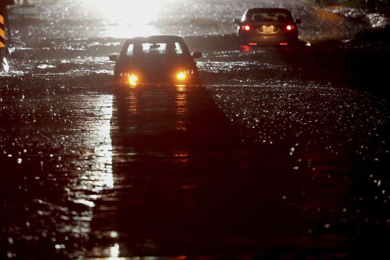 Vehículos en una carretera inundada en Bulter Are. cerca de la carretera Morris, en el condado Montgomery de Pensilvania, el miércoles 1 de septiembre de 2021. Los restos del huracán Ida llevaron  aguaceros y posibles tornados a la región. (Charles Fox/The Philadelphia Inquirer via AP)