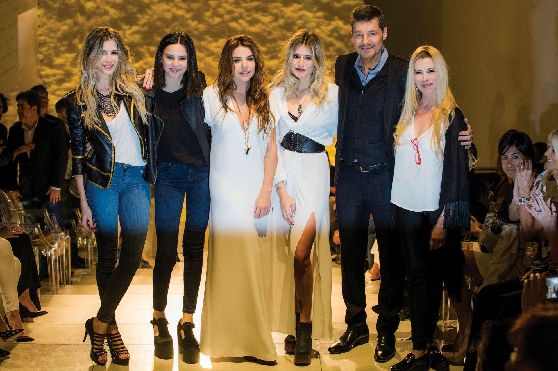 La familia unida. Guillermina Valdes, Juana Tinelli, Romina Pigretti (socia de Micaela), Micaela Tinelli, Marcelo Tinelli y Soledad Aquino