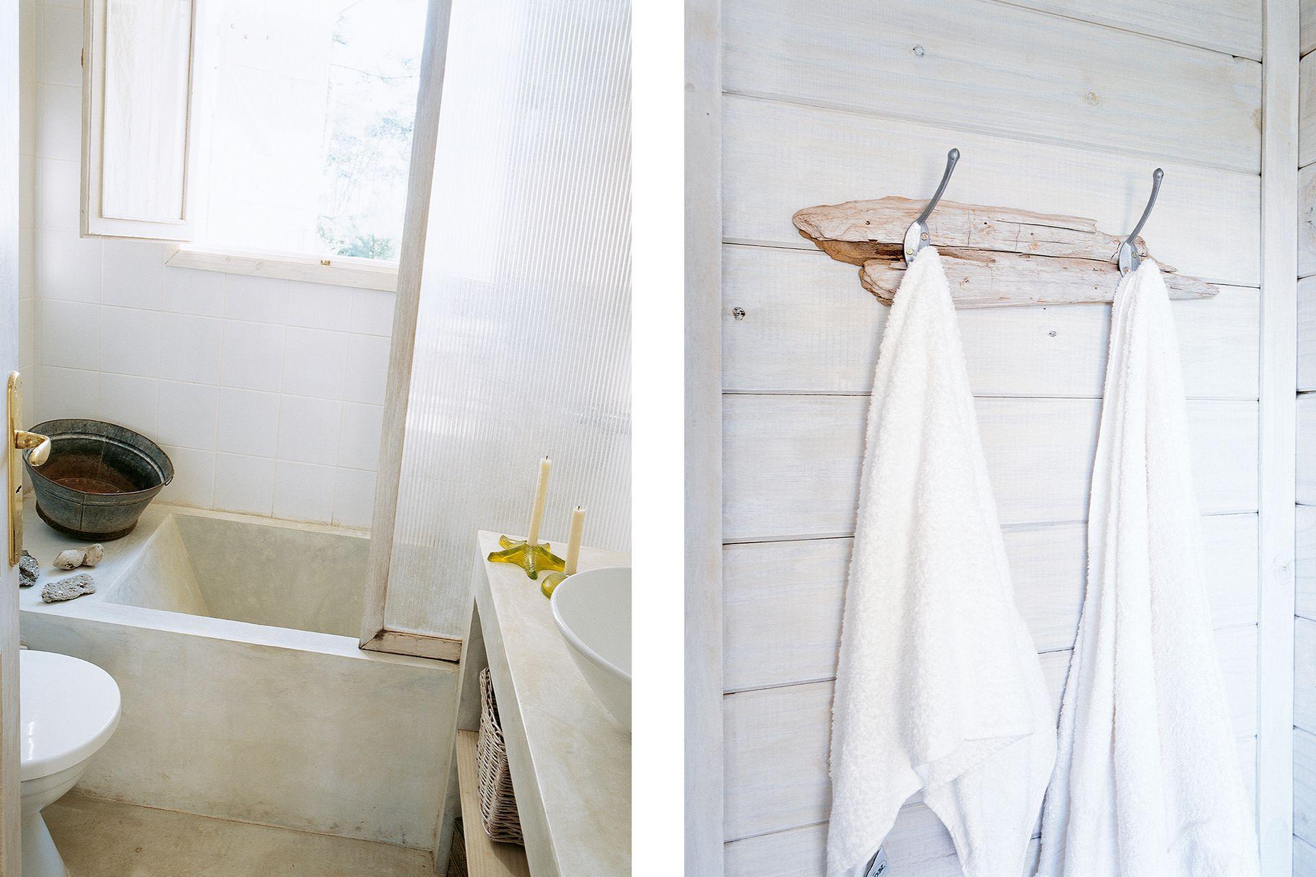 En varios lugares de la casa se utilizó el sencillo y cálido recurso de fijar ganchos de colgar o apliques sobre un trozo basto de tabla o tronco, en lugar de hacerlo directamente sobre las paredes.