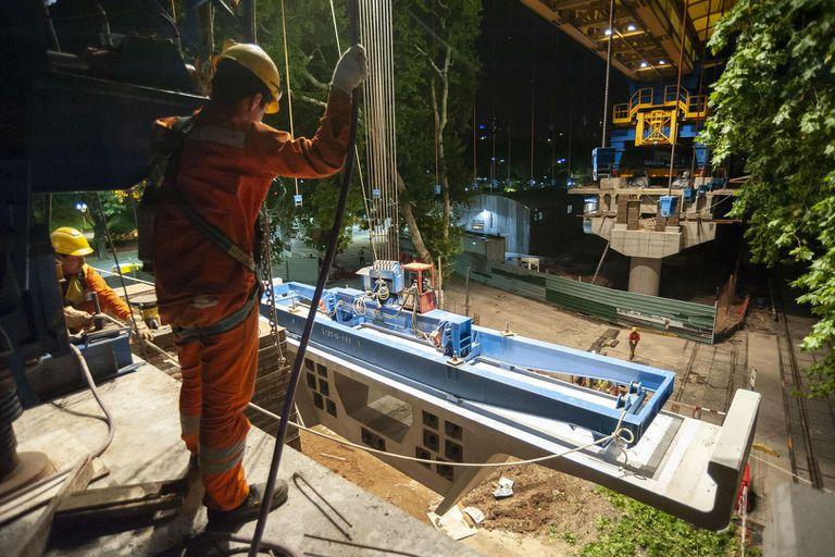 Los obreros trabajan día y noche en el viaducto