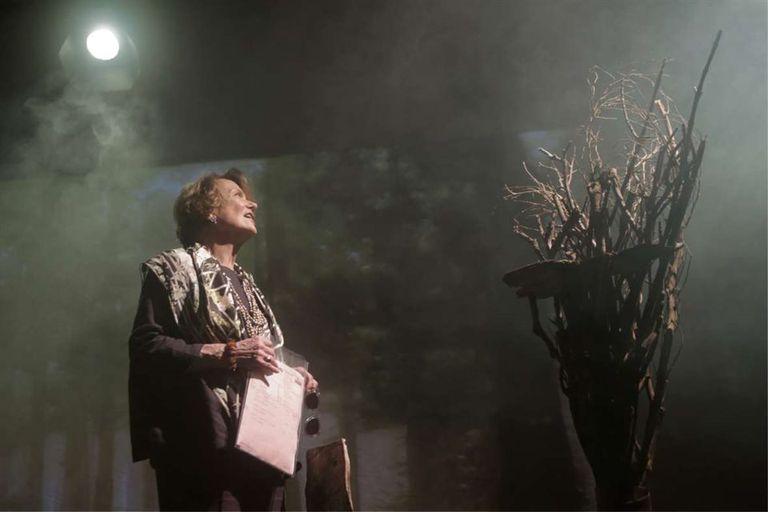 Marilú, minutos antes del ensayo del miércoles pasado, cuidando los detalles de un bosque tan fantasmal como encantado