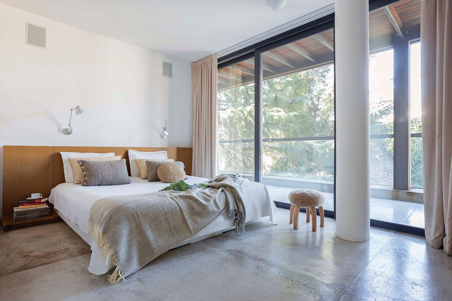 Discreto en su ambientación, pero bien vestido y mejor enmarcado, el cuarto tiene doble cortina: las de género más pesado frente a las más leves que solo tamizan la luz.