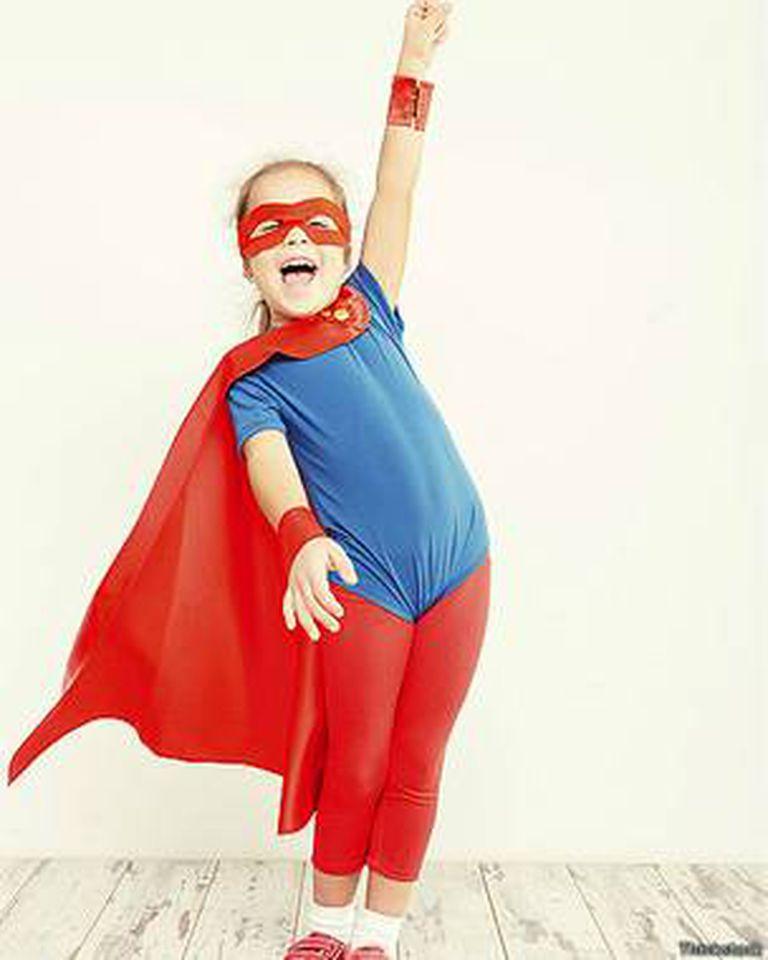 A muchas niñas también les gusta jugar con juguetes categorizados como de niños y disfrazarse de superhéroes