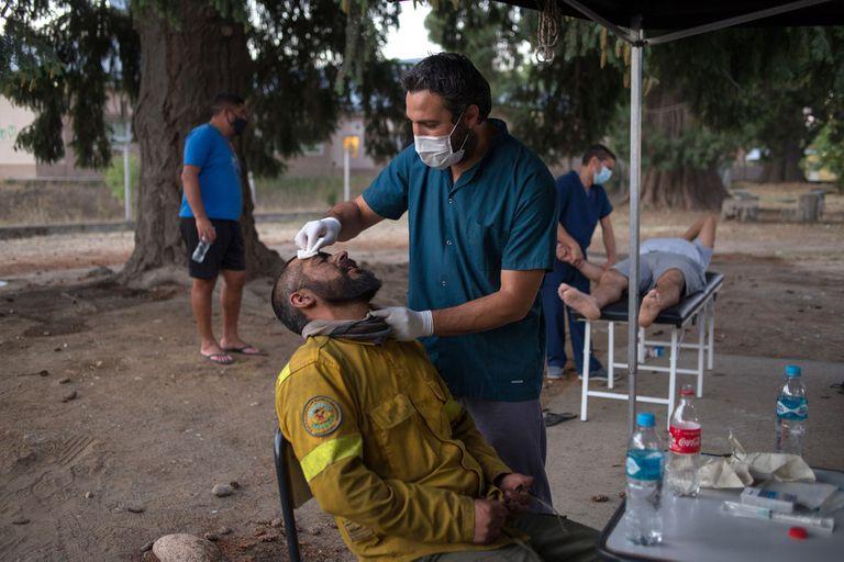 El equipo de SIARME, junto con médicos y enfermeros, prestan asistencia médica a los brigadistas que combaten el incendio en las cercanías de El Bolsón