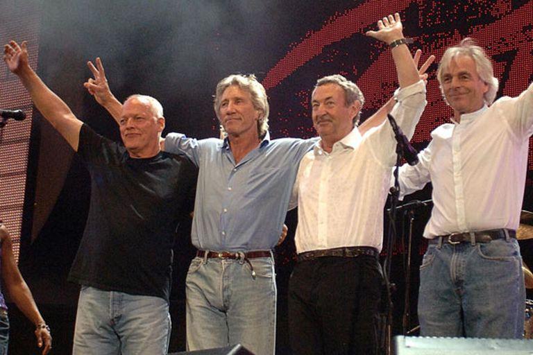 David Gilmour, Roger Waters, Nick Mason y Richard Wright en 2005 en el concierto Live 8. Pink Floyd le exigió a EMI que no venda canciones sueltas de sus discos