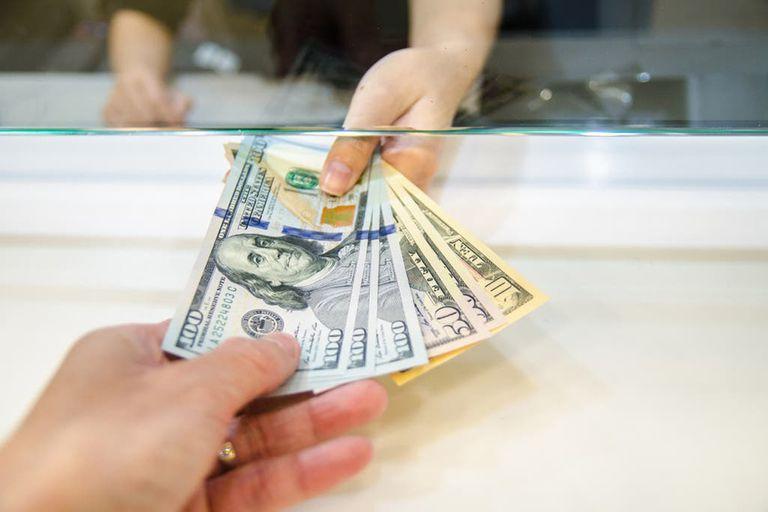 Otra historia de idas y venidas es la de los controles cambiarios para empresas