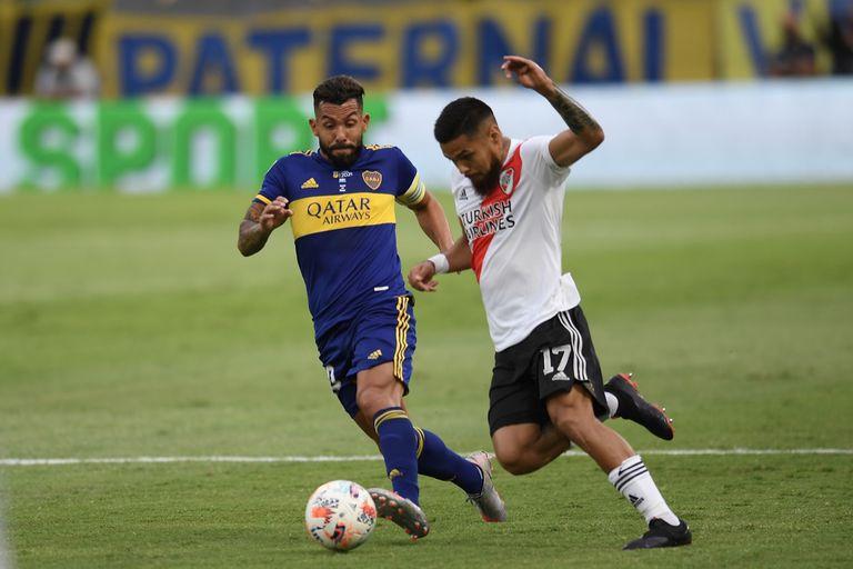 Paulo Díaz disputa la pelota con Carlos Tévez durante el superclásico entre Boca Juniors y River Plate.
