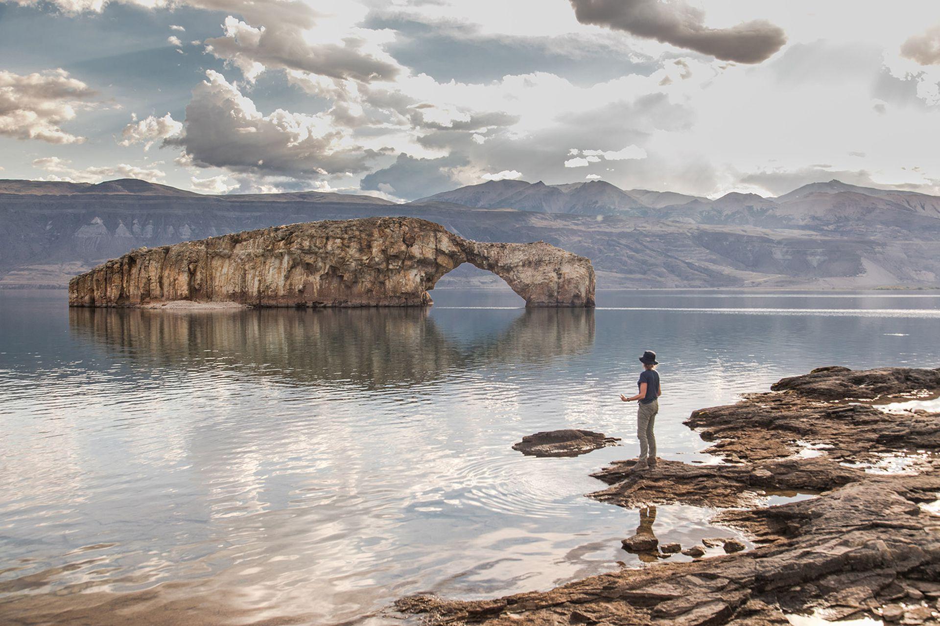 El icónico arco sobre el Lago Posadas.