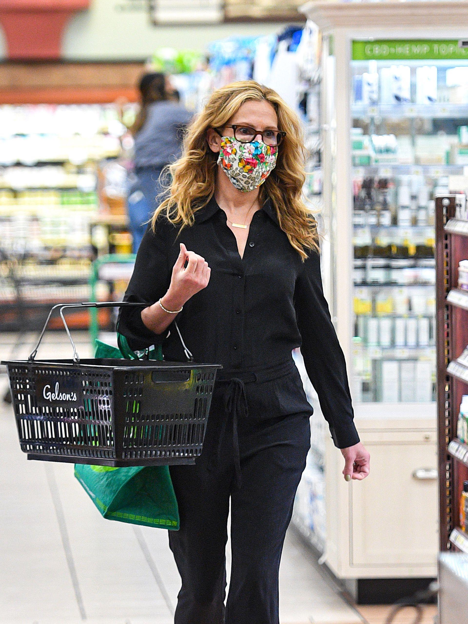 Julia Roberts de compras, muy tranquila en un supermercado de Los Ángeles