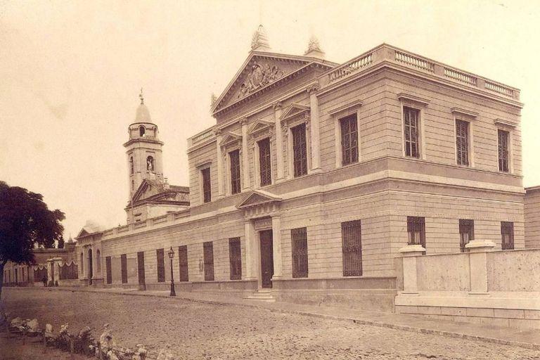 Donde hoy funciona el Centro Cultural Recoleta en otros tiempos hubo un asilo de ancianos, pero originalmente fue el convento de los monjes recoletos, los que con el tiempo le dieron su nombre al barrio; la imagen es de 1880
