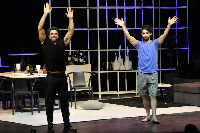Castro y Heredia saluda al público, tras el estreno