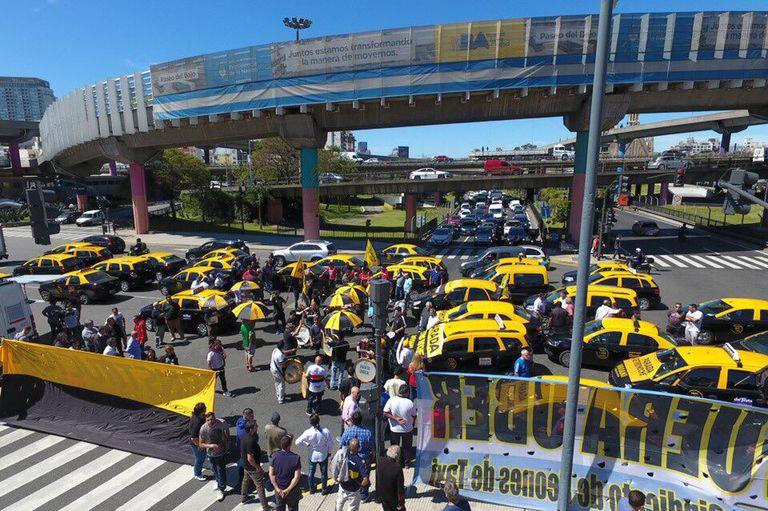 Taxistas protestan contra Uber en avenida 9 de Julio y San Juan