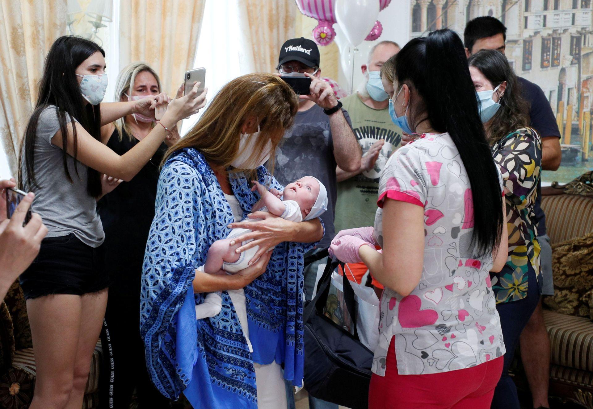 Andrea Diez y Fernando Montero, ciudadanos argentinos y padres del recién nacido Ignacio, emocionados durante su primer encuentro en el Hotel Venice, propiedad de la clínica BioTexCom en Kiev, Ucrania