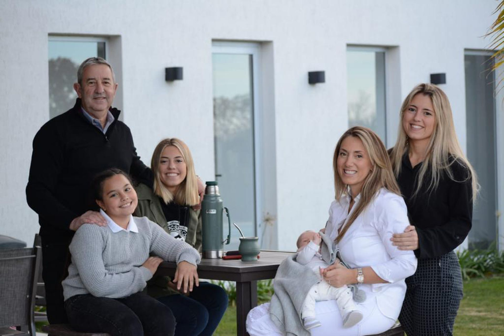 """De golpe, a partir de su nueva relación, Julio Cobos vive rodeado de mujeres: además de su mujer, Natalia Obón, también incorporó a su familia a las tres hijas de ella: Antonella (20), Martina (18) y Emilia (11). """"Afortunadamente, las chicas me recibieron tan bien como yo a ellas"""", asegura."""