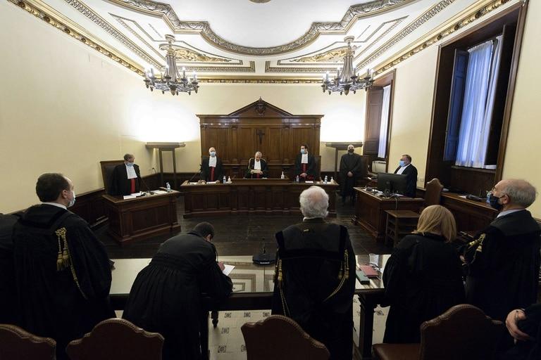 El Vaticano condenó al expresidente del Instituto para las Obras de Religión (IOR), el banco de la Santa Sede, Angelo Caloia a ocho años y 11 meses de prisión