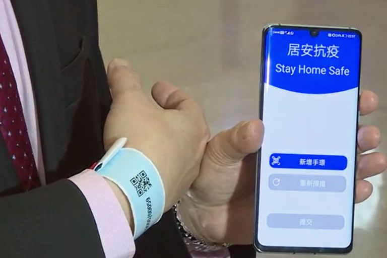 Este es el sistema que utiliza una pulsera electrónica con un código QR y una aplicación móvil para controlar la cuarentena estricta que aplicó Hong Kong a todas las personas que arriban a la región administrativa especial de China