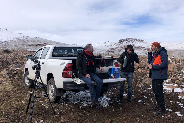 Un descanso en la grabación que aprovechábamos para tomas unos mates y comer algo en la caja de la camioneta que nos presta Toyota