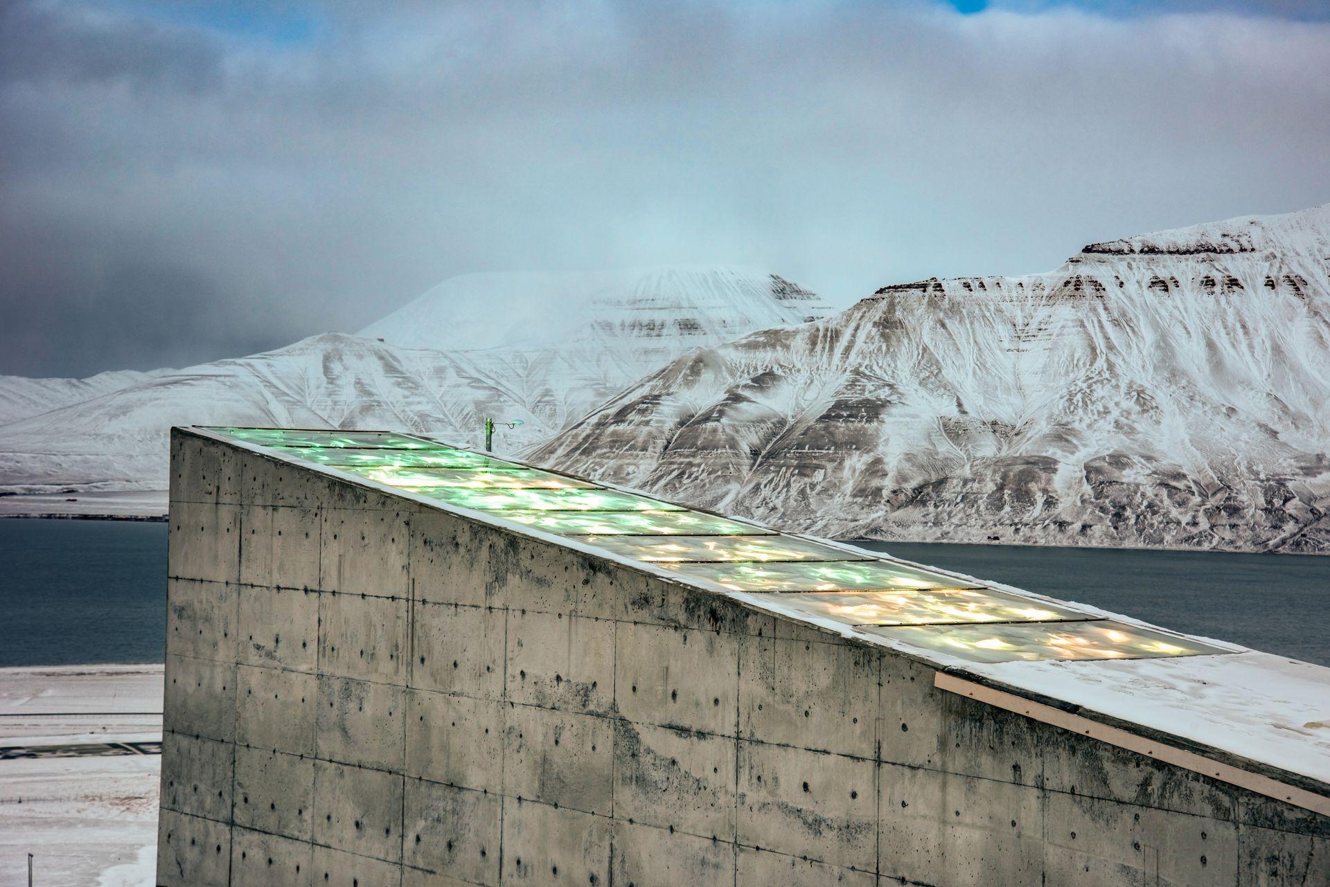 La bóveda con la instalación de la artista noruega Dyveke Sanne. Perpetual Repercussion refleja la luz polar en verano, y en invierno se ilumina por una red de 200 cables de fibra óptica en verde.