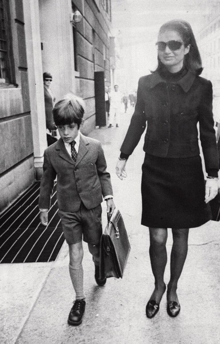 Escoltado por su madre, Jackie Kennedy, John John llega al Collegiate School for Boys, en Nueva York.