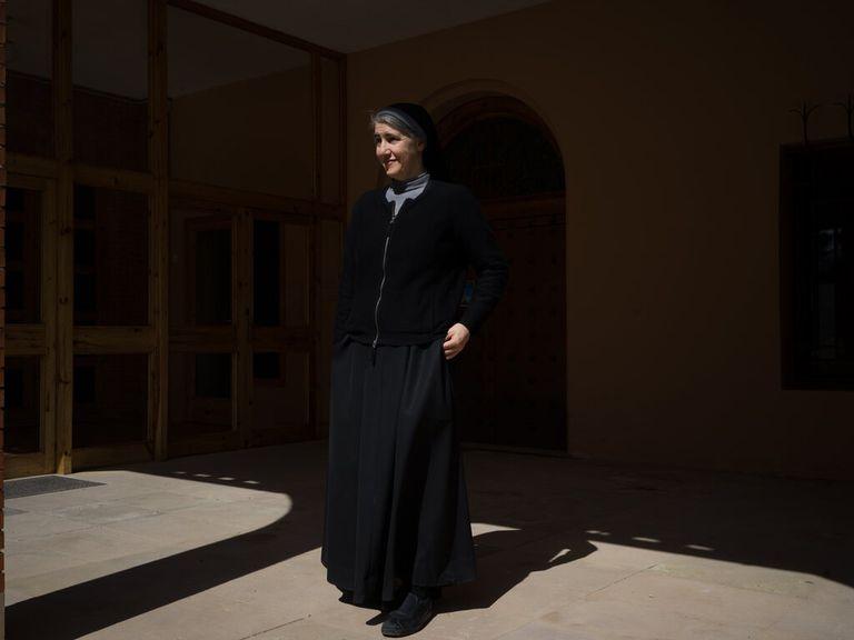 Es monja, médica e inspira a los teóricos de la conspiración