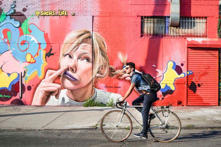 Como sucedió hace décadas con el Soho y luego con Williamsburg, los artistas descubrieron esta zona industrial de Brooklyn y la convirtieron en una gran galería a cielo abierto: murales, grafitis y ateliers que atraen a locales y turistas. Y, también, a oportunistas inmobiliarios.