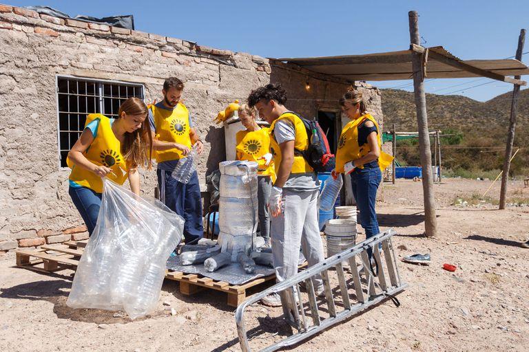 Fabrican duchas solares con material reciclado