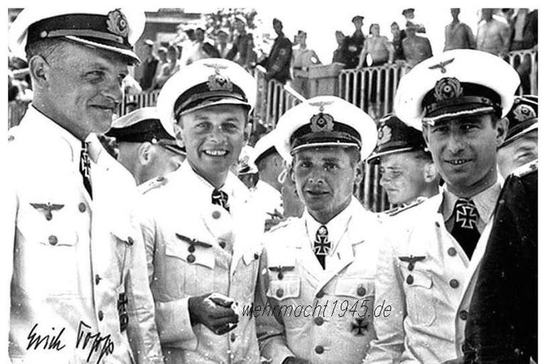 La Kriegsmarine, que no simpatizaba con el Partido Nazi a pesar de estar encuadrada dentro de las fuerzas armadas  (Wehrmacht) del Tercer Reich, mandaba a sus cuadros a no saludar al estilo nazi con el brazo extendido sino con la tradicional venia marinera