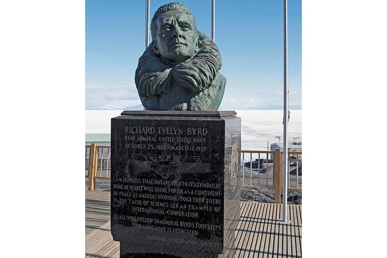 Un busto de Richard Evelyn Byrd en la estación de investigaciones norteamericano McMurdo, en la Antártida