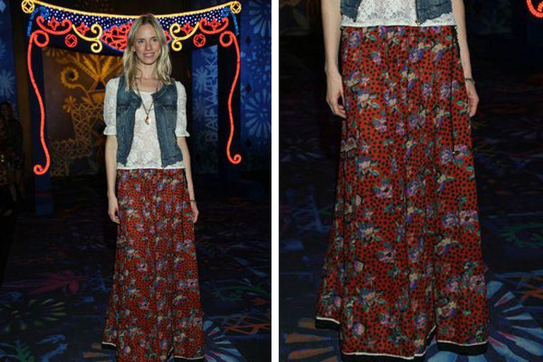 De este outfit de Carola Del Bianco es importante destacar la combinación de texturas: la falda hippie chic, la remera de algodón en color neutro y el jean (puede ser en camisa o en chaleco)