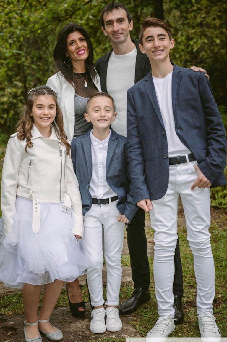 En familia. Con Soledad, su mujer, y sus hijos Agustín (12), Narela (9) y Lisandro (7).