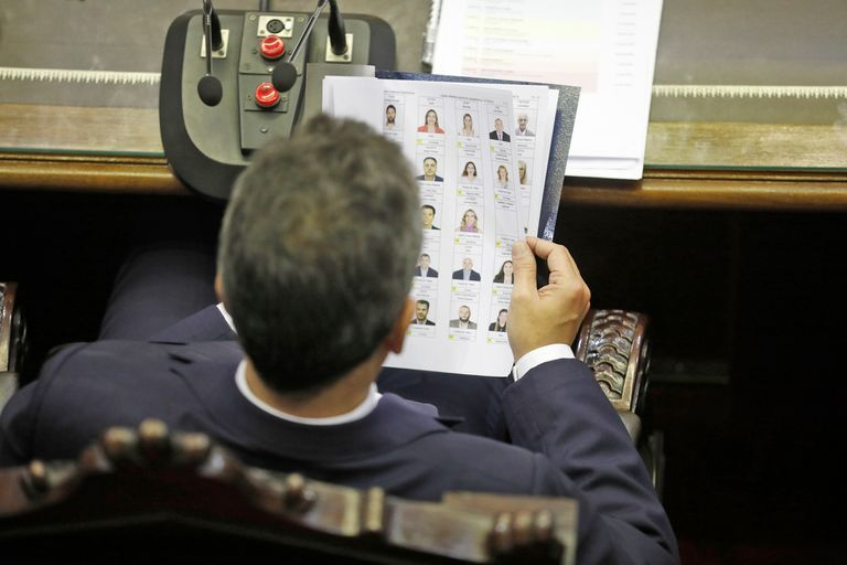 Sergio Massa mira el listado de diputados